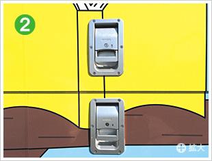 シンプルな構造/安全性を考慮したドアハンドルやアオリ